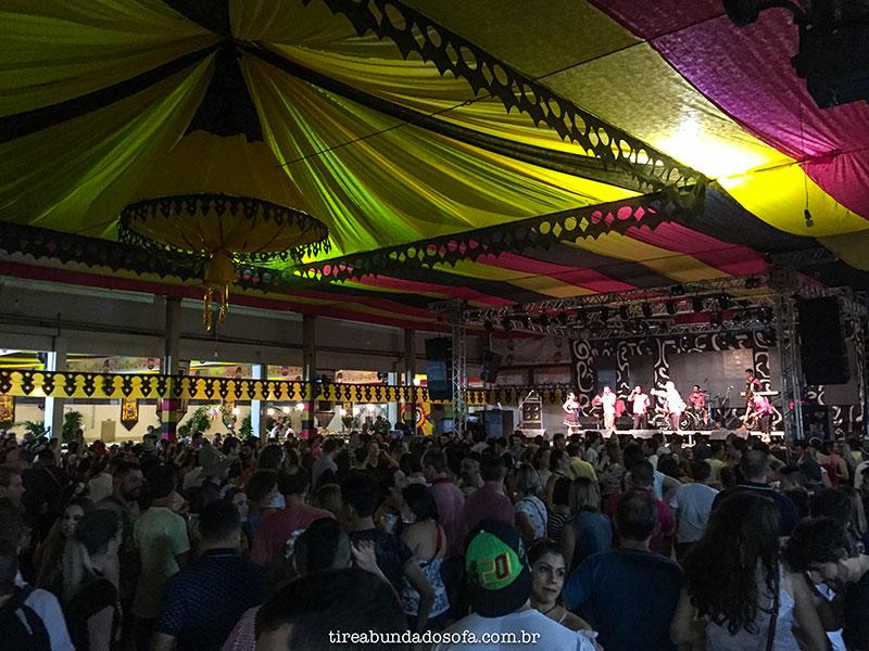 Baile com músicas alemãs na Schützenfest, em Jaraguá do Sul