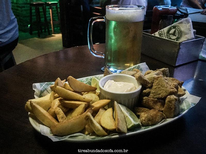 Porção de Fish'n Chips, prato típico inglês no Stannis Pub, em Jaraguá do Sul