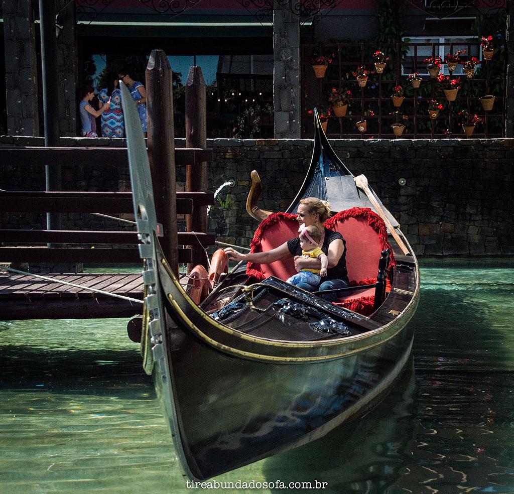 Mãe com a filha na gôndola veneziana de Nova Veneza