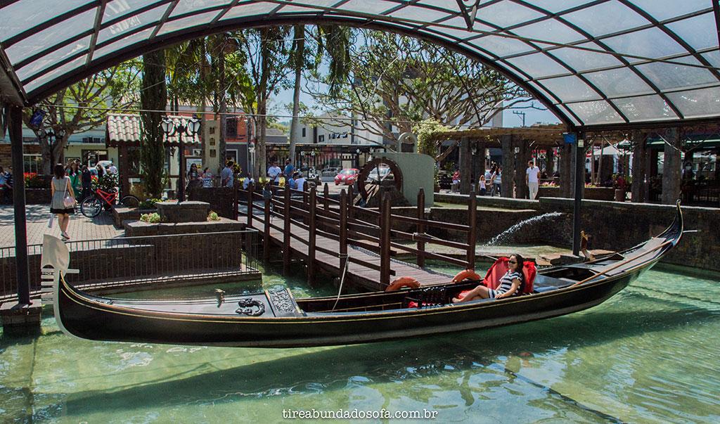 a famosa gôndola veneziana de Nova Veneza, importada de Veneza, na Itália