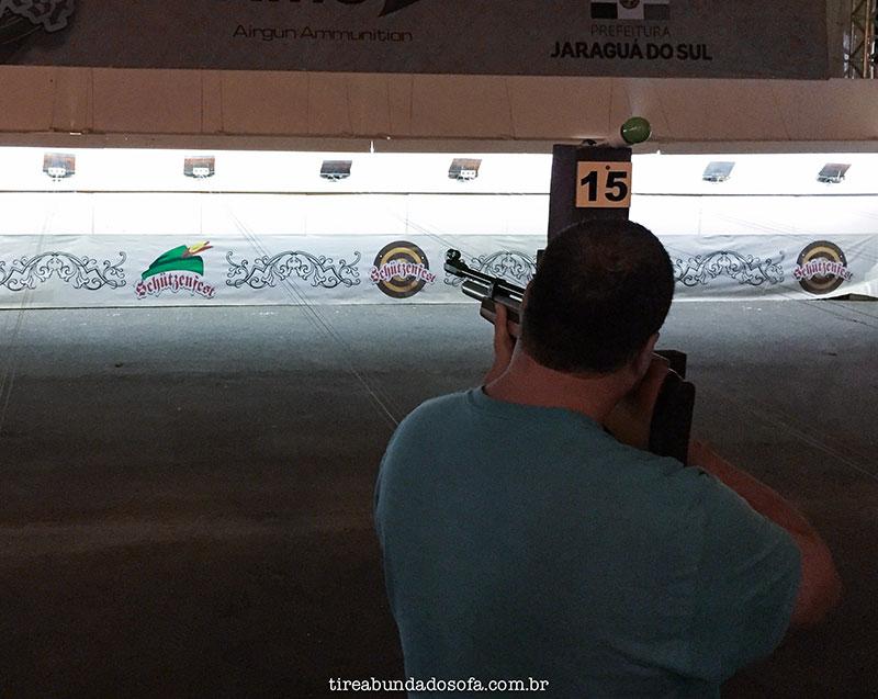 pessoa atirando na Schutzenfest, em Jaraguá do Sul