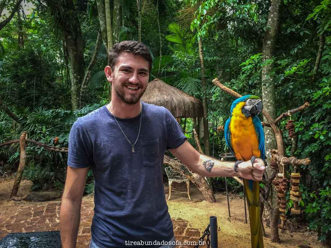 rapaz segurando arara na mão, parque das aves foz do iguaçu