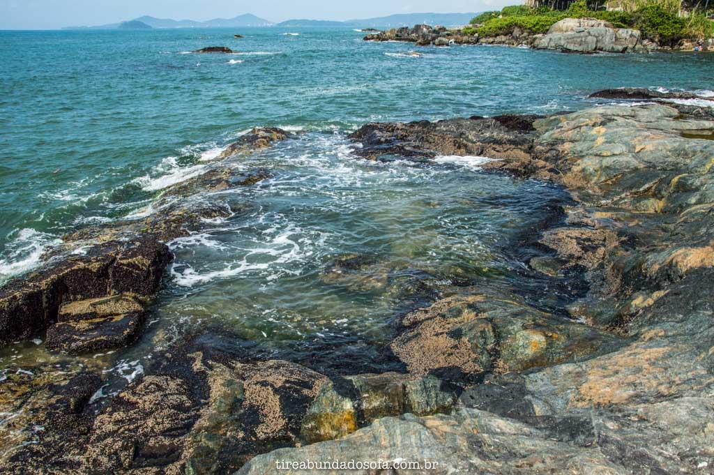 Pequenas piscinas naturais, na praia do grant, em barra velha, santa catarina