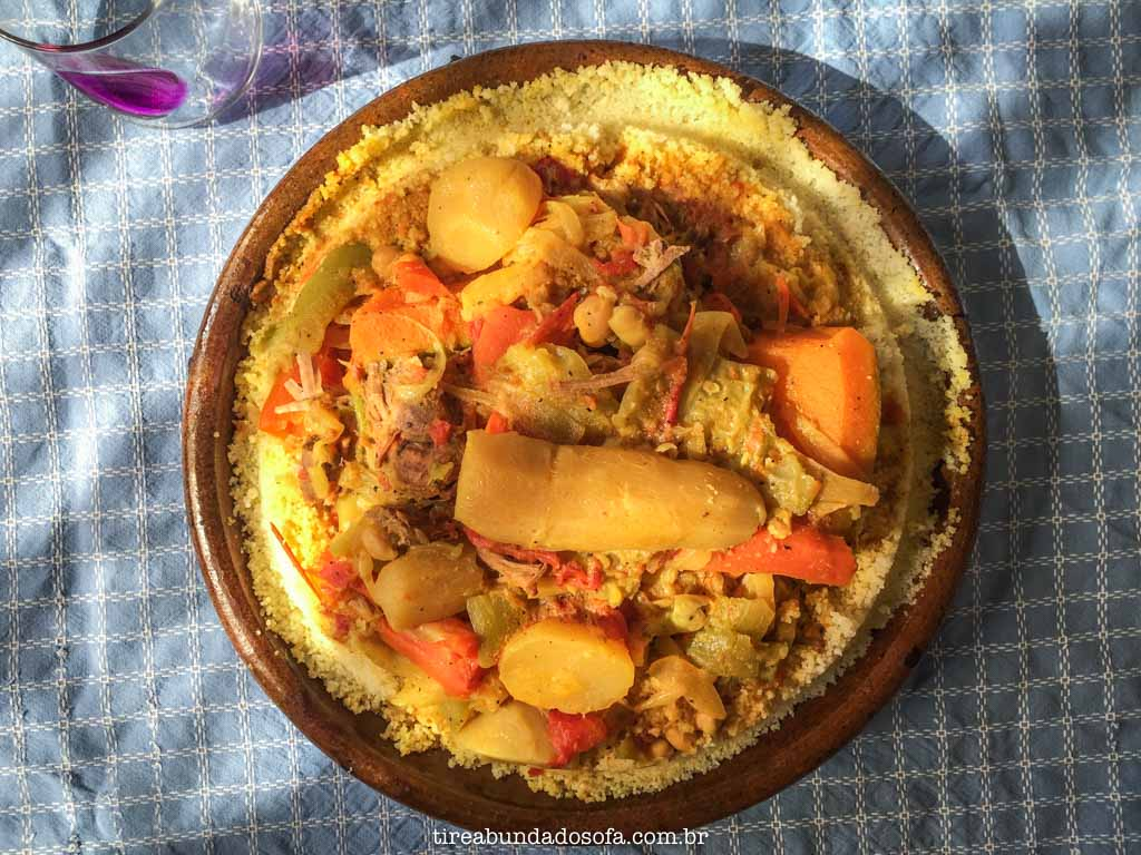 Tradicional cuscuz marroquino, com carne e legumes