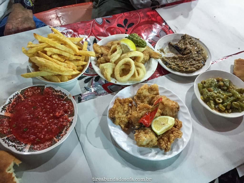 Peixe frito com acompanhamentos, comidas típicas do marrocos