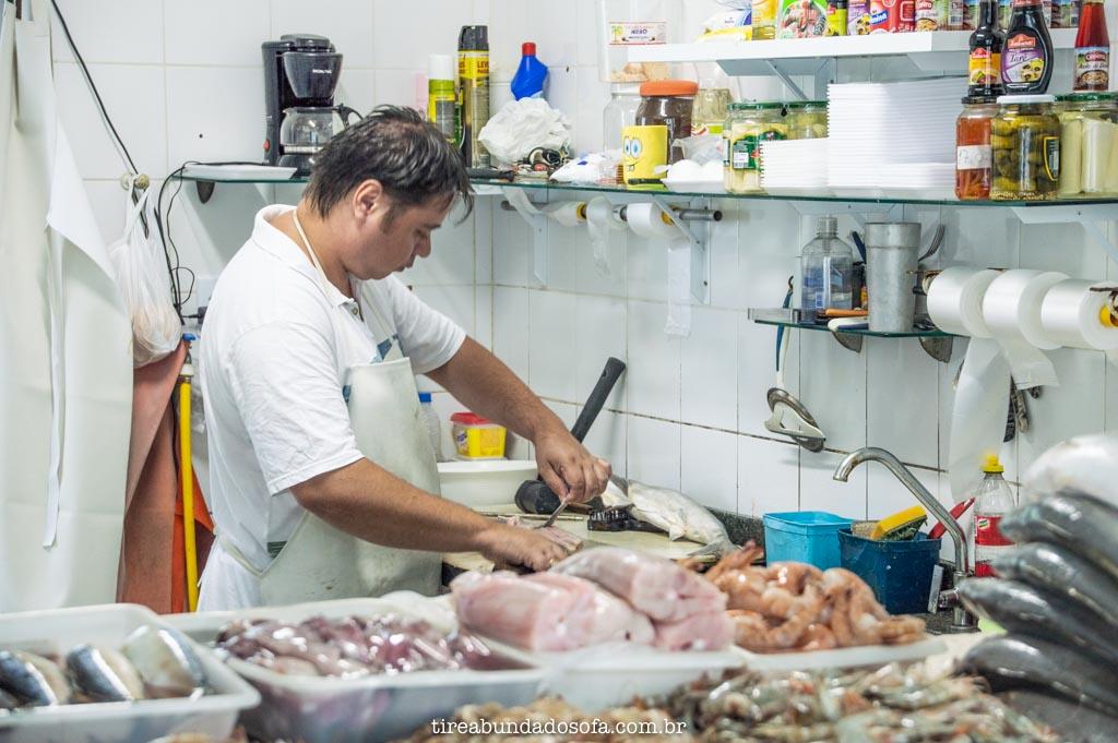 homem trabalhando no mercado de peixes, em peruíbe, são paulo
