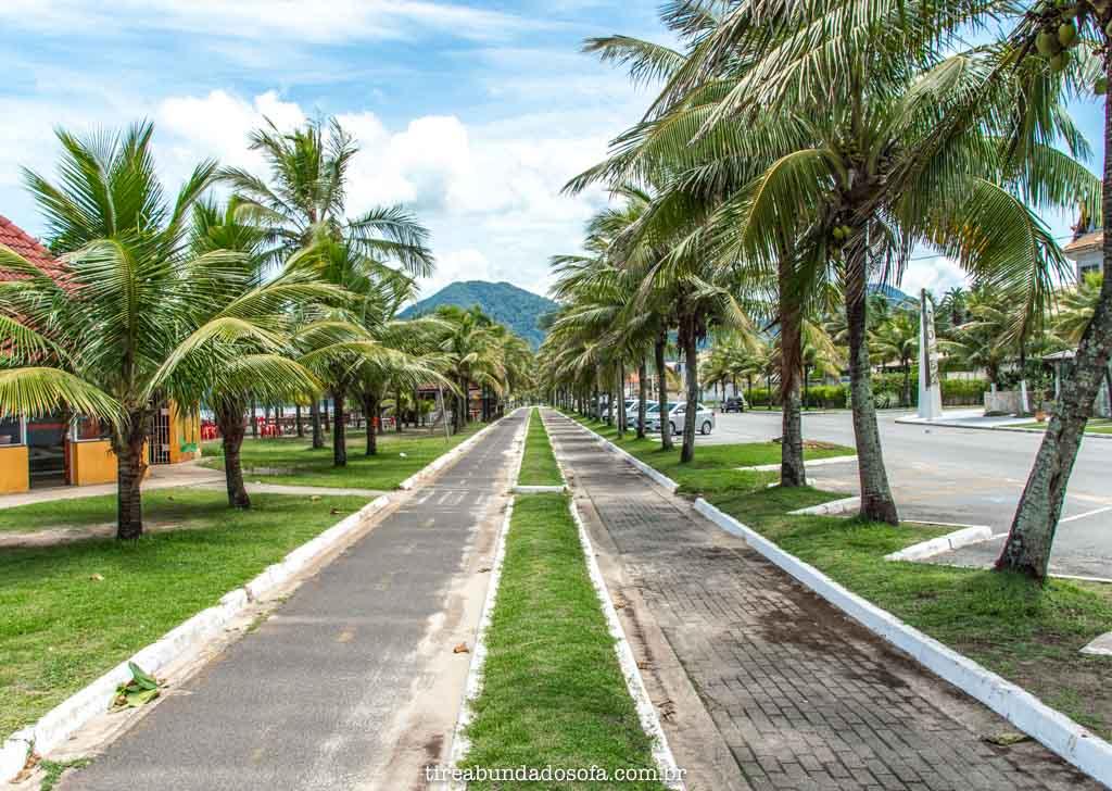 Ciclovia e pista para caminhada, na praia central de peruíbe, sp