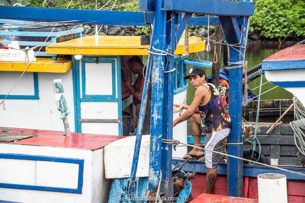 pescadores chegando no porto de peruíbe, sp