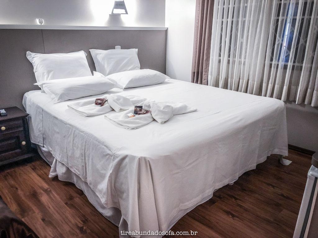Quarto espaçoso e cama confortável, na pousada edelweiss, em pomerode, sc
