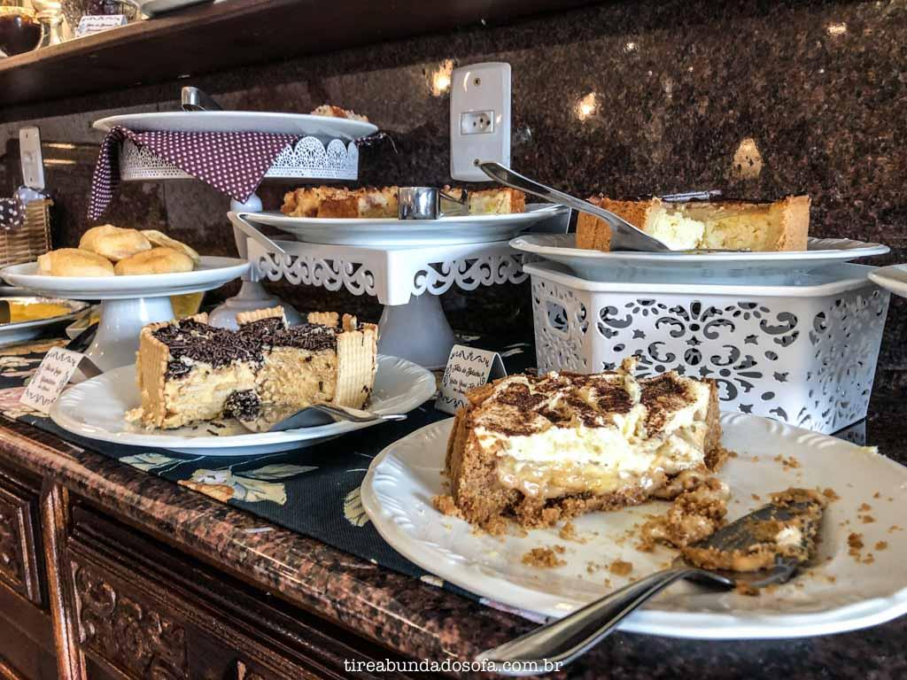 Café da manhã completo, com pratos típicos alemães, na pousada edelweiss, em pomerode, sc