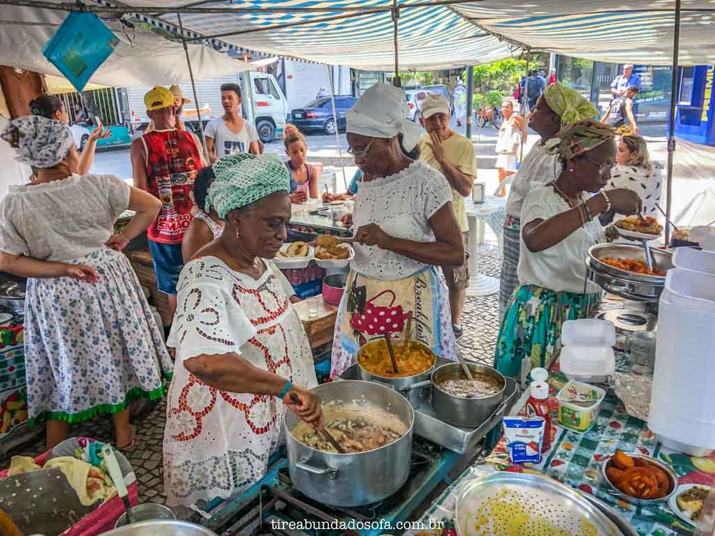 mulheres preparando comida bahiana, na feira hippie de ipanema, no rio de janeiro