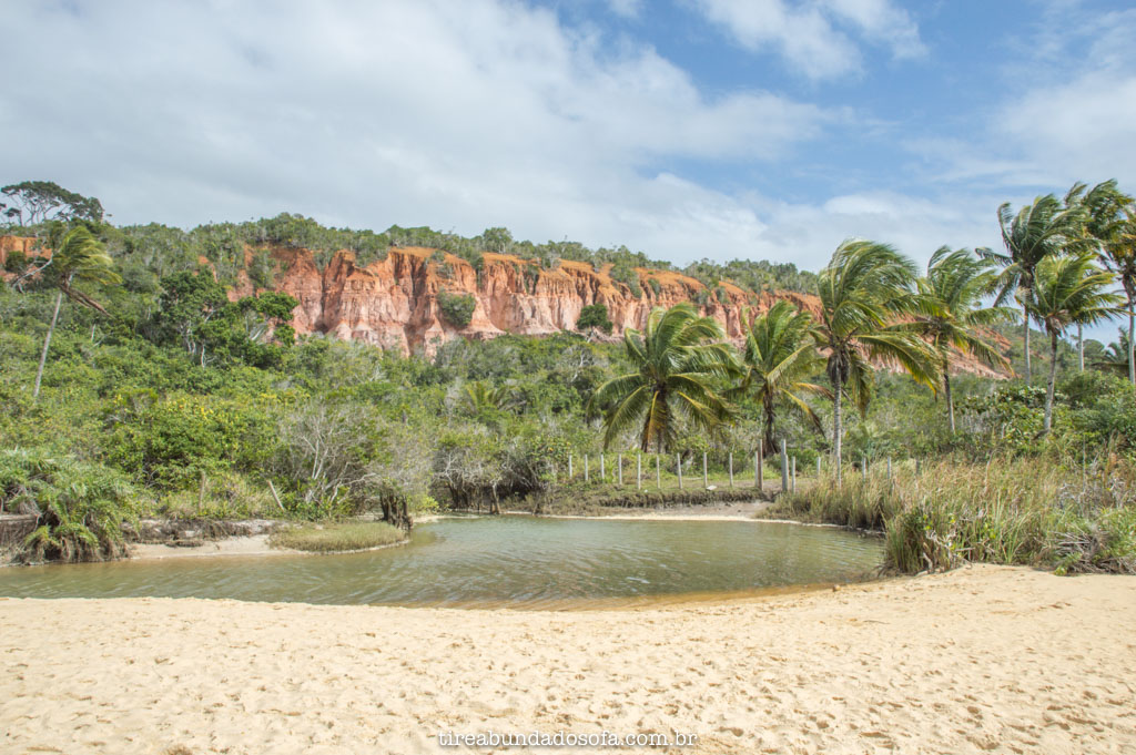 paisagem com rio e falesias, na praia da pitinga