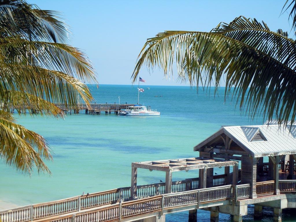mar com águas azuis cristalinas em key west, na flórida