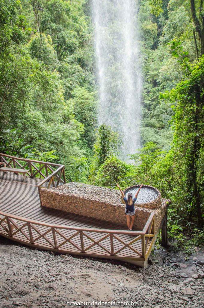 Deck atrás da queda d'água, na cachoeira da gruta de nossa senhora de fátima