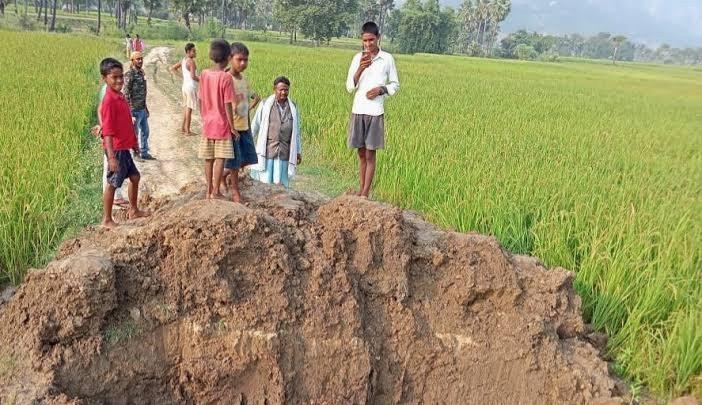 Bihar panchyat Election : पंचायत चुनाव में हार नहीं पचा पाए मुखिया प्रत्याशी, गुस्से में JCB लाकर खोद डाली सड़क