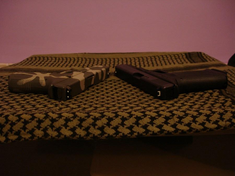 Izquierda: pistola airsoft KJW G23 sin Nitesiters. Derecha: pistola G17 Gen4 con Nitesiters sin fotoluminiscencia (no han sido iluminados previamente)