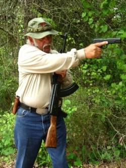 4. En el caso de utilizar una correa simplona lo más sencillo es llevarse el fusil al pecho dejando que actúe la gravedad llevando la culata hacia abajo y la boca de fuego hacia arriba. ©Tiger McKee