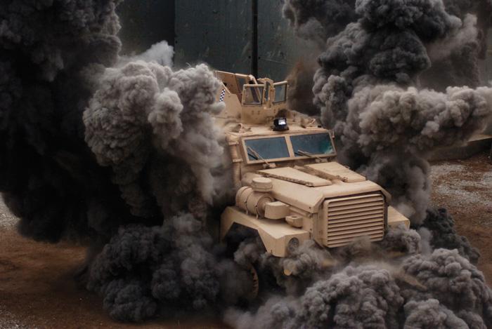 Prueba de resistencia frente a la explosión de un IED de un vehículo tipo MRAP del modelo Cougar HE del fabricante Force Protection Industries.