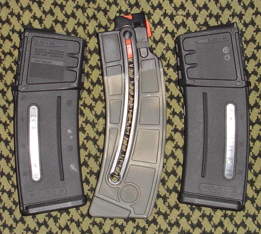 Comparación de tamaño respecto a un cargador de carabina S&W MP15-22.
