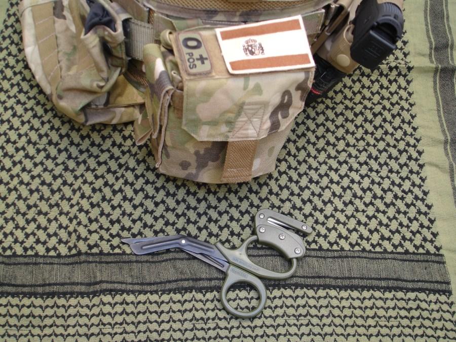 Rip Shears introducidas en el bolsillo de un Trauma Kit NOW! de Blue Force Gear.
