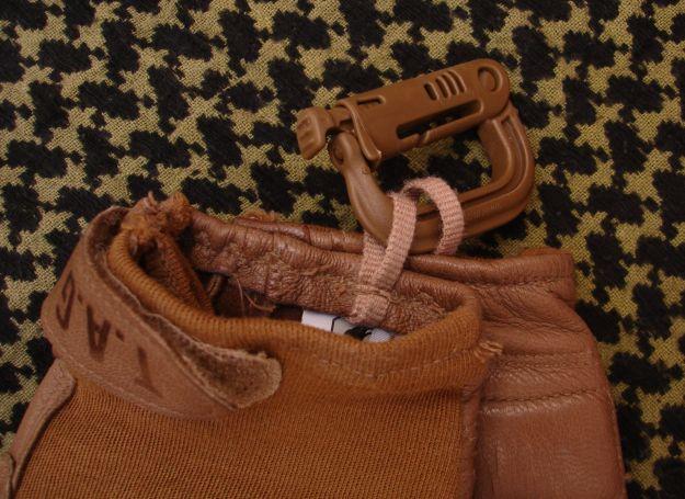 Anillo que permite sujetar los guantes de combate TAG mediante un mosquetón o GrimLoc.