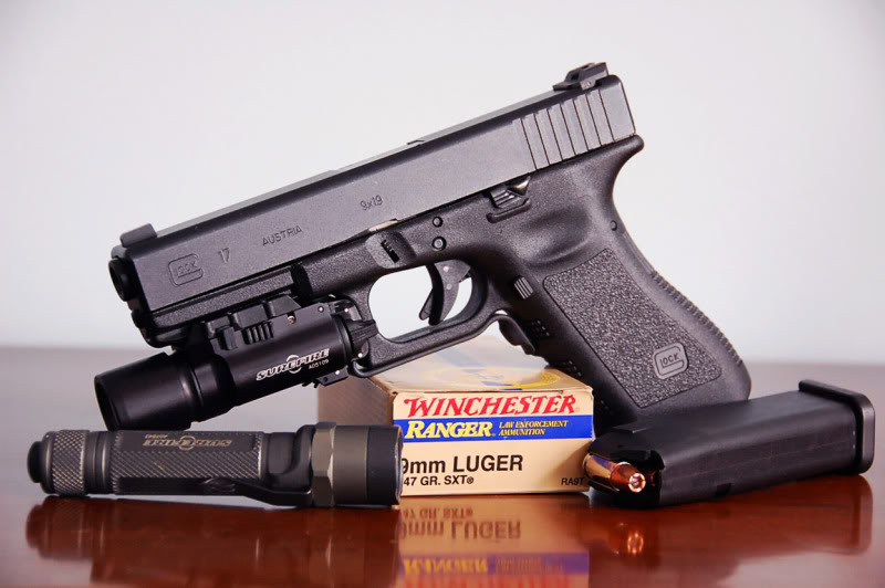 Pistola G17 con linterna SureFire X300 montada e interruptor de encendido SureFire DG-11.