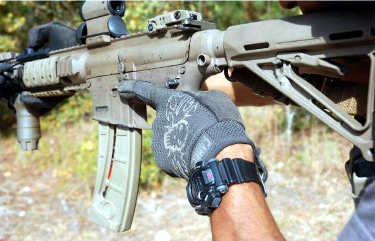 El fusil S&W M&P15-22 de Ephraim Rogers está configurado exactamente de la misma forma que su fusil grande. La capacidad de reproducir otro arma resulta muy importante así como el hecho de reducir los costes del adiestramiento al utilizar el .22.