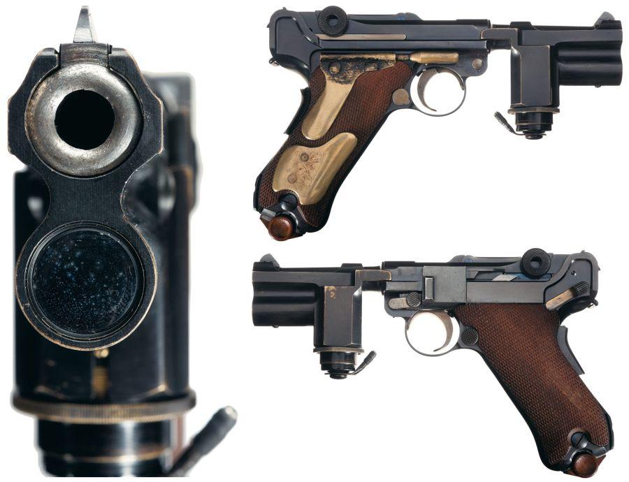 pistola semiautomática Luger, dotada de una linterna montada en el arma, que en la época era de dotación en la Reichssicherheitsdienst (RSD), la guardia personal de Hitler