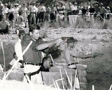 Weaver vence en un Leatherslap en 1959. El que está agachado en medio de las pacas de paja es Jeff Cooper. Obsérvense las diferencias entre uno y otro tirador en cuanto a TTP