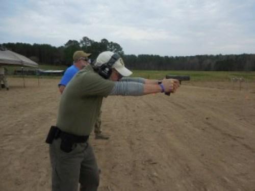 Juan I. Carrión realizando un ejercicio de tiro en el curso de Pistola de 2 días con diagnóstico por vídeo de John Shrek McPhee. 12 y 13MAR16. Sanford (North Carolina, EE.UU.)
