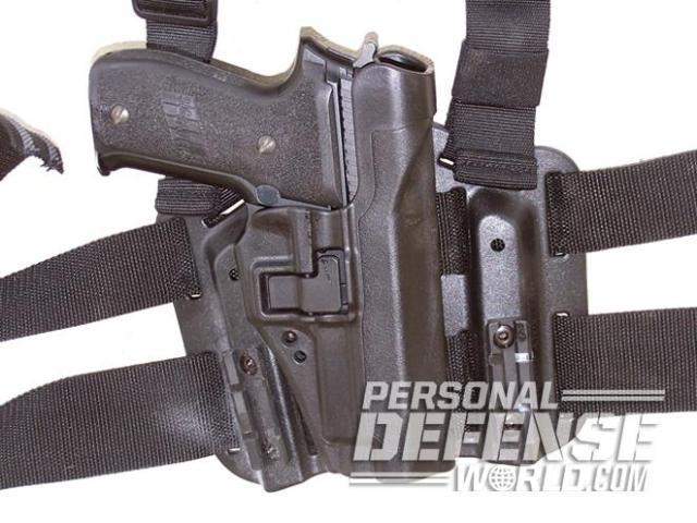 Pistolas de DA/SA como esta Sig P226, que en la imagen aparece en una funda pistolera con soporte para el muslo de BlackHawk, todavía cuentan con el aprecio de muchos profesionales que trabajan sometidos a mucha tensión.