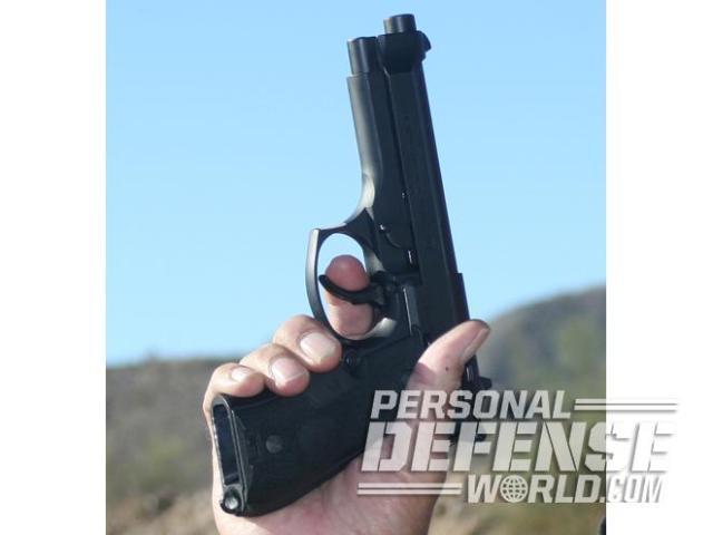 Para realizar el primer disparo con una pistola tradicional de DA/SA se comienza con el martillo abatido y el disparador en su posición más adelantada y se tiene que ejercer una fuerza relativamente grande hacia atrás durante un largo recorrido del disparador para efectuar el primer disparo en DA. Para los disparos siguientes ya en SA la corredera se encarga de montar el martillo (amartillar el arma) al retroceder por efecto del retroceso y el disparador queda en una posición que implica un menor recorrido del disparador y una menor tensión.