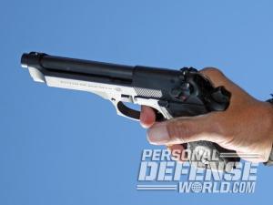 Para mayor brazo de palanca al presionar el disparador el autor prefiere que sea la articulación distal del dedo índice la que contacte con el disparador tanto al disparar en simple acción (como se muestra en la imagen) como al realizar el primer disparo en doble acción.