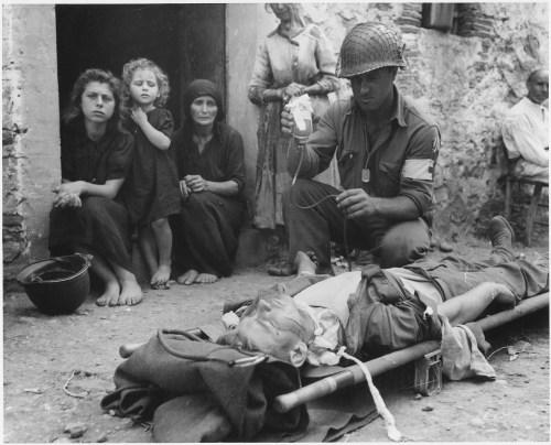El soldado Roy W. Humphrey, natural de Toledo (Ohio, EE.UU.) recibe una trasfusión de plasma sanguíneo tras resultar herido por metralla en Sicilia el 9 de agosto de 1943. NARA.