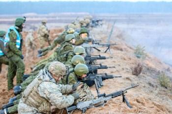 Tropas lituanas con fusiles G36 se adiestran junto con soldados estadounidenses en abril de 2016. Foto del Ejército de Tierra estadounidense.