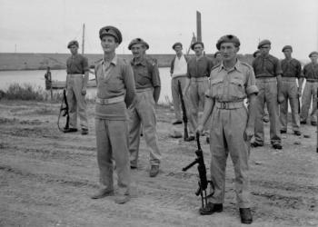 A la derecha, el comando del SAS Roy Farran, en Italia. Foto del Ejército británico