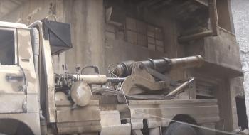 Este antiguo cañón dispara en una guerra del siglo XXI. Captura de pantalla del vídeo de la Legión Al Rahman