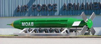 GBU-43/B Massive Ordnance Air Blast (MOAB) (comúnmente conocida como la Mother Of All the Bombs, acrónimo MOAB [Madre De Todas las Bombas]). Museo de Armamento del Ejército del Aire estadounidense [U.S. Air Force Armament Museum].