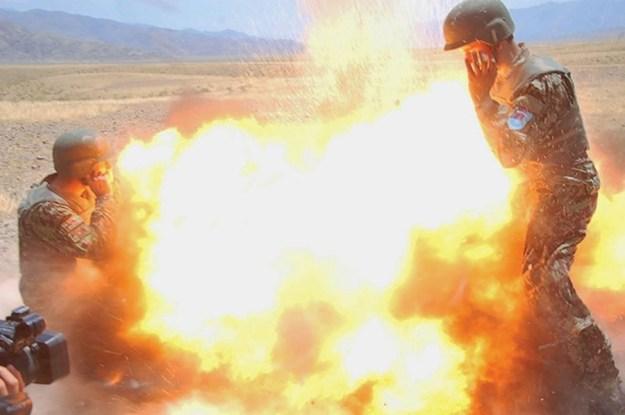 Un tubo de mortero explota durante un ejercicio de entrenamiento con fuego real del Ejército Nacional Afgano en la provincia de Laghman en Afganistán. La explosión acabó con la vida de la fotógrafo de combate del Ejército de Tierra estadounidense Hilda Clayton, que hizo esta fotografía, junto con las vidas de cuatro soldados del Ejército Nacional Afgano. Foto de la especialista del Ejército de Tierra estadounidense Hilda Clayton.