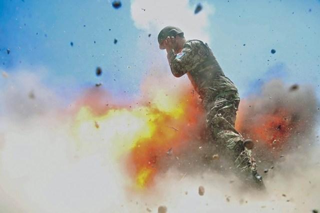 Un fotorreportero del Ejército Nacional Afgano que realizaba prácticas junto a la especialista Hilda Clayton hizo esta foto del momento de la explosión del tubo de mortero durante un ejercicio de entrenamiento con fuego real en la provincia de Laghman en Afganistán el 2 de julio de 2013. Foto cortesía del Ejército Nacional Afgano.