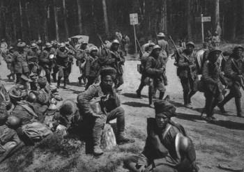 Tropas coloniales británicas y francesas en Aisne, Francia, en 1918. Foto vía Wikimedia