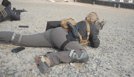 Este tirador demuestra cómo se dispara en una posición de tendido deportiva. Al levantar la pierna del lado fuerte hacia el pecho interpone más masa tras el arma, lo cual le permite disparar más rápido y con mayor precisión.