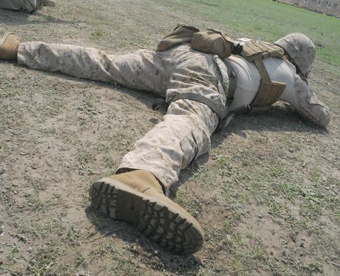 Jeff adopta una posición de tendido militar convencional con las piernas abiertas y la cara interior de los pies apoyada en el suelo.