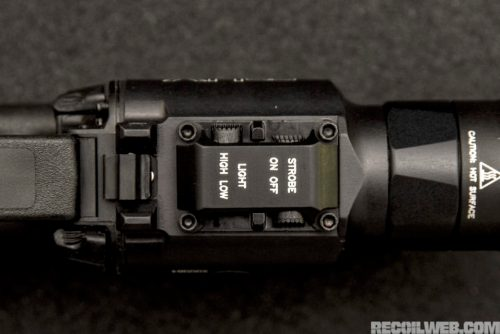 Selector de potencia de la linterna Surefire XH35. Foto de http://www.recoilweb.com/surefire-xh35-1000-lumens-on-your-pistol-129317.html