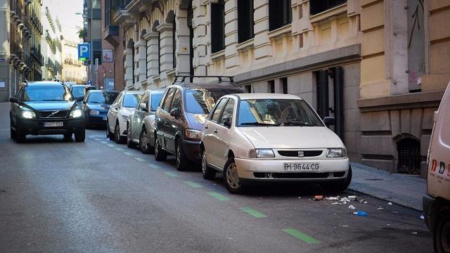 Los coches aparcados en el lado derecho de la calle forman una barrera natural frente a vehículos terroristas.