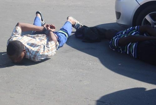 Detenido tendido boca abajo en el suelo