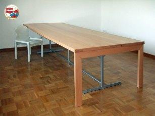 Bei Tischlers im Büro: Riesenschreibisch aus Buche massiv mit einem Hauch Nostalgie: Das Untergestell stammt vom alten Tisch, wurde wieder fein gemacht und weiter verwendet.