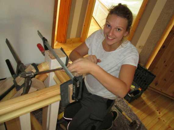 Antje hilft uns hier bei der Treppenmontage !