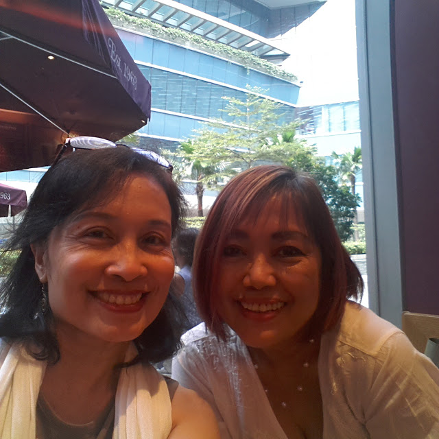 A selfie with Noemi, taken with another brand's front cam. Beautiful ladies, grainy photo, terrible with low light! And this was a sunny day!