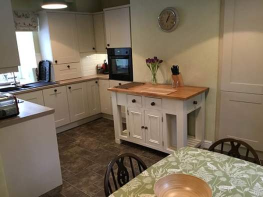 Farmhouse Cottage Kitchen With Breakfast Table
